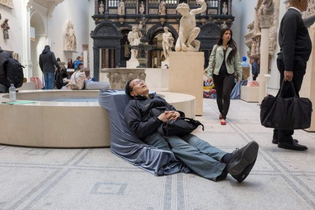 relaxing-at-the-victoria-and-albert-museum